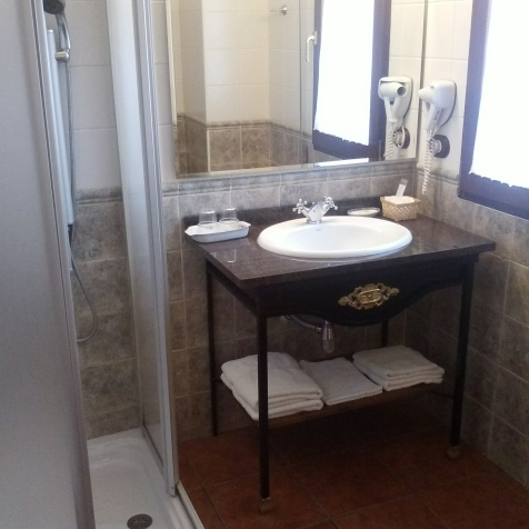 Baño habitación Río Miera con columna de hidromasaje, totalmente exteriorño habitación Río Miera