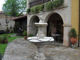 Entrada con arcos de silleria, y fuente ornamental de Posada Carpe Diem, Liérganes