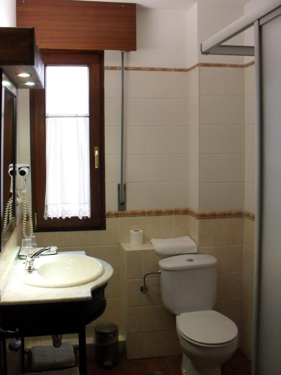 Baño habitación río Nansa en Posada Carpe Diem